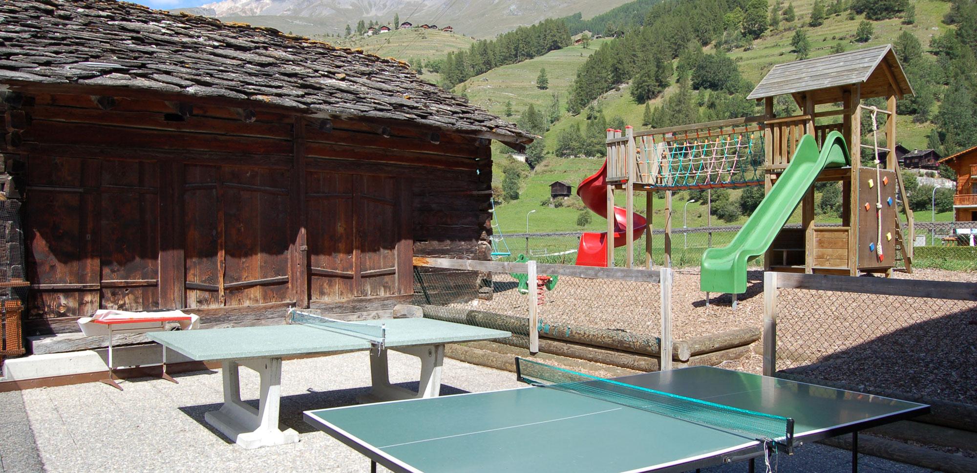 Place de jeu et tables de ping-pong